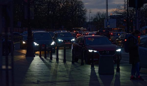 Faros opacos o bombillas fundidas la importancia de ver y ser vistos en el coche